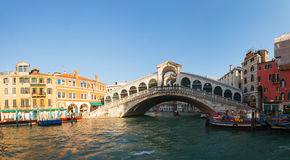 De Brug van Rialto (Ponte Di Rialto) in Venetië, Italië op een zonnige dag Stock Fotografie