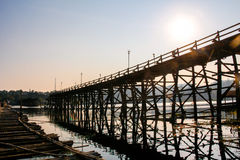De Brug van Saphanmon Mon, de grote oude houten die brug over de rivier van Liedkaria, in Sangklaburi-District, Kanchanaburi, Th  royalty-vrije stock foto's