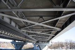 De brug van Saratov, een mooie die structuur van metaal wordt gemaakt royalty-vrije stock foto