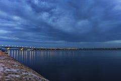 De Brug van Saratov kruist de Volga Rivier en verbindt Saratov en de lengte van Engels, Rusland is 2.803 7 meters Royalty-vrije Stock Afbeelding