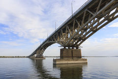 De Brug van Saratov kruist de Volga Rivier en verbindt Saratov en de lengte van Engels, Rusland is 2.803 7 meters Royalty-vrije Stock Foto