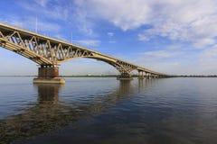 De Brug van Saratov kruist de Volga Rivier en verbindt Saratov en de lengte van Engels, Rusland is 2.803 7 meters Stock Afbeeldingen