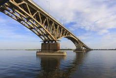 De Brug van Saratov kruist de Volga Rivier en verbindt Saratov en de lengte van Engels, Rusland is 2.803 7 meters Stock Afbeelding
