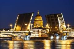De brug van de scheidingsaankondiging, die St Isaac ` s Kathedraal overzien tijdens de witte nachten St Petersburg stock foto