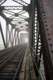 De brug van de spoorweg in mist stock foto's