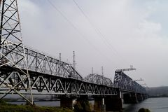 De Brug van de spoorweg over de rivier V??r het onweer royalty-vrije stock fotografie