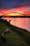 De Brug van Srisaujana tijdens zonsondergang en de fotograaf Royalty-vrije Stock Foto's