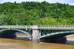De Brug van Svatopluk?ech, mening van Oude Stad, Verenigd water in Juni 2013 in Praag, Moldau, Vltava, Tsjechische Republiek Stock Fotografie