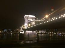De Brug van de Széchenyiketting, 's nachts Boedapest Stock Afbeelding