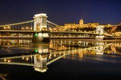 De brug van de Szechenyiketting tegen Buda Castle stock afbeeldingen