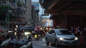 De Brug van Taipeh, Overvol van autoped in regenachtige dag in de stad van Taipeh stock videobeelden