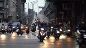 De Brug van Taipeh, Overvol van autoped in regenachtige dag in de stad van Taipeh stock video