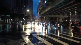 De Brug van Taipeh, Overvol van autoped in regenachtige dag in de stad van Taipeh stock footage