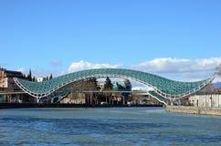 De Brug van Vrede - futuristische voetbrug over de Kura-Rivier Stock Afbeelding