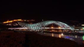 De Brug van Vrede in Tbilisi, Georgië bij Nacht stock footage