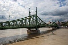 De brug van de vrijheid in Boedapest stock foto's