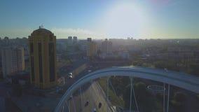 De brug van de weg over de rivier stock videobeelden