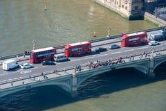 De Brug van Westminster van hierboven met de Bussen van Londen royalty-vrije stock foto's