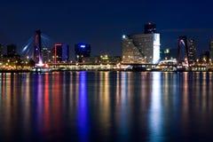 De brug van Willems van Rotterdam. De mening van de nacht Stock Foto's