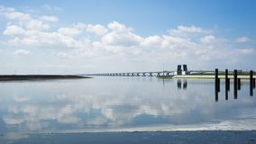 De brug van Zeelandbrugnl over rivierdelta in Holland Stock Foto
