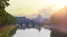 De Brug Vittorio Emanuele II van Rome, de Tiber-Rivier en St Peter Kathedraal Het oriëntatiepunt van Rome royalty-vrije stock foto's