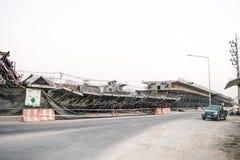 De brug was gebouwde die grondverschuiving door vele factoren wordt veroorzaakt Royalty-vrije Stock Afbeeldingen