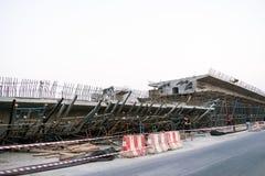 De brug was gebouwde die grondverschuiving door vele factoren wordt veroorzaakt Royalty-vrije Stock Foto's