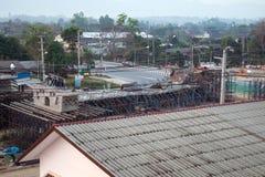 De brug was gebouwde die grondverschuiving door vele factoren wordt veroorzaakt Stock Afbeelding