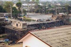 De brug was gebouwde die grondverschuiving door vele factoren wordt veroorzaakt Stock Foto