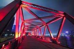 De brugclose-up van de staalstructuur bij nachtlandschap Stock Afbeeldingen