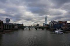 De bruggen en Rivier Theems van Londen stock foto's
