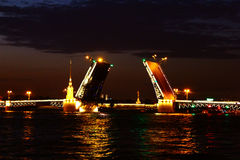 De bruggen op de Rivier Neva in St. Petersburg Stock Afbeelding