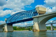 De bruggen van Chattanooga Tennessee van onderaan stock fotografie