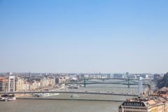 De bruggen van Erzsebet, Szabadsag en Petofi verborgen over de Donau in Boedapest, Hongarije, van, tijdens een warme middag hierb Stock Afbeelding