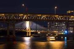 De bruggen van nachtportland over de Willamette-rivier Stock Foto's
