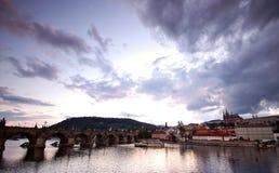 De bruggen van Praag bij zonsondergang Stock Afbeeldingen