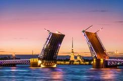De bruggen zijn gescheiden in St Petersbur stock afbeelding