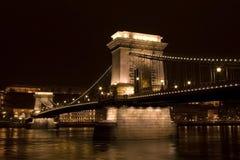 De brugkasteel 's nachts Boedapest van de ketting Stock Afbeelding