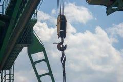 De brugkraan wordt geschoten van onderaan tegen de blauwe hemel en de witte wolken royalty-vrije stock fotografie