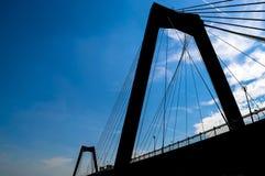 De brugsilhouet van Rotterdam in blauwe hemel Stock Fotografie