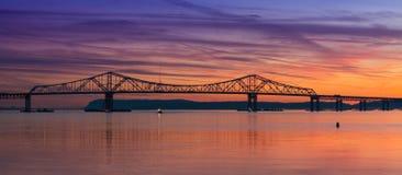 De Brugsilhouet van Tappanzee bij zonsondergang stock foto