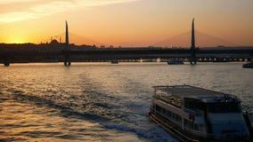 De brugveerboot van de stadszonsondergang stock videobeelden