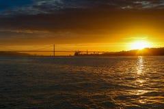 de brugzonsondergang Lissabon Portugal van 25 DE abril Royalty-vrije Stock Afbeeldingen