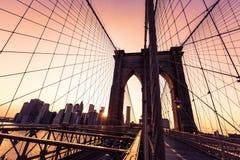 De Brugzonsondergang van Brooklyn met de horizon de V.S. van Manhattan Stock Foto