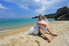 De bruid & de bruidegom omhelzen hoogtepunt van hartstocht Stock Fotografie