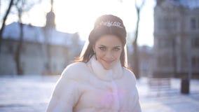 De bruid in de modieuze gang van de sereniteitskleding weg en draait haar hoofd stock videobeelden