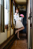 De bruid in de oude wagen Royalty-vrije Stock Foto's