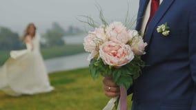De bruid die, de bruidegom houdt het slow-motion huwelijksboeket, dansen stock videobeelden