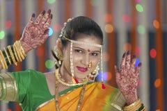 De bruid die henna op haar handen tonen dient Indisch Hindoes huwelijk in Stock Foto