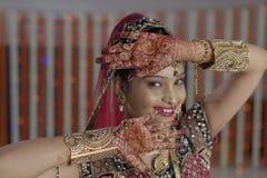 De bruid die henna op haar handen tonen dient Indisch Hindoes huwelijk in stock afbeelding